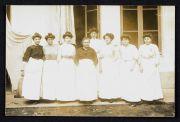 Femmes de chambre de l'Hôtel des Ambassadeurs. Carte-photo, 1910 (coll. Cousseau)