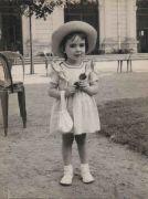 Christiane D. photographiée près de la Galerie Napoléon, vers 1948 (coll. part.)